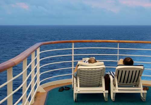 Paar im Liegestuhl auf Seereise