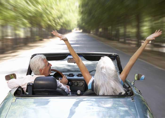 Glückliches Paar im Sportwagen