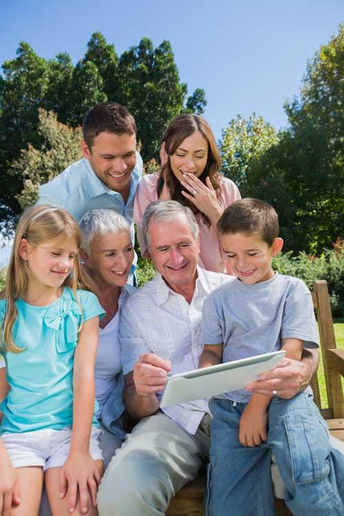 Großeltern mit ihren Kindern und Enkeln