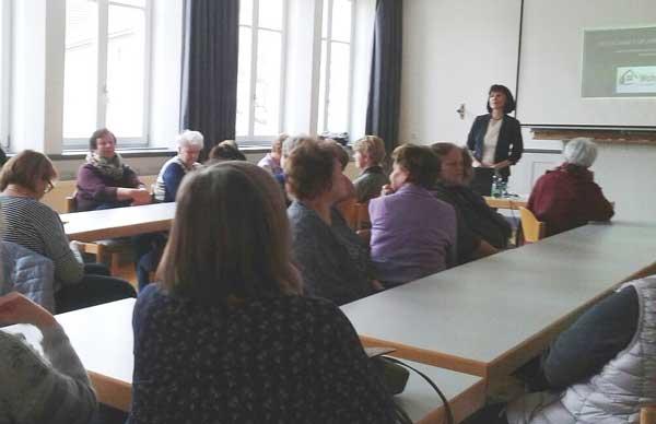 """Mit ihrem Vortrag """"Vererben oder verleben"""" regte Sylvia Schmidt-Haßler ihre Zuhörer mit der Frage zum Nachdenken an"""